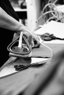 Erfahrt, welche Arbeitsschritte notwendig sind, damit ein Wunschleder Turnbeutel entsteht. Werft einen Blick hinter die Kulissen unserer Produktion!