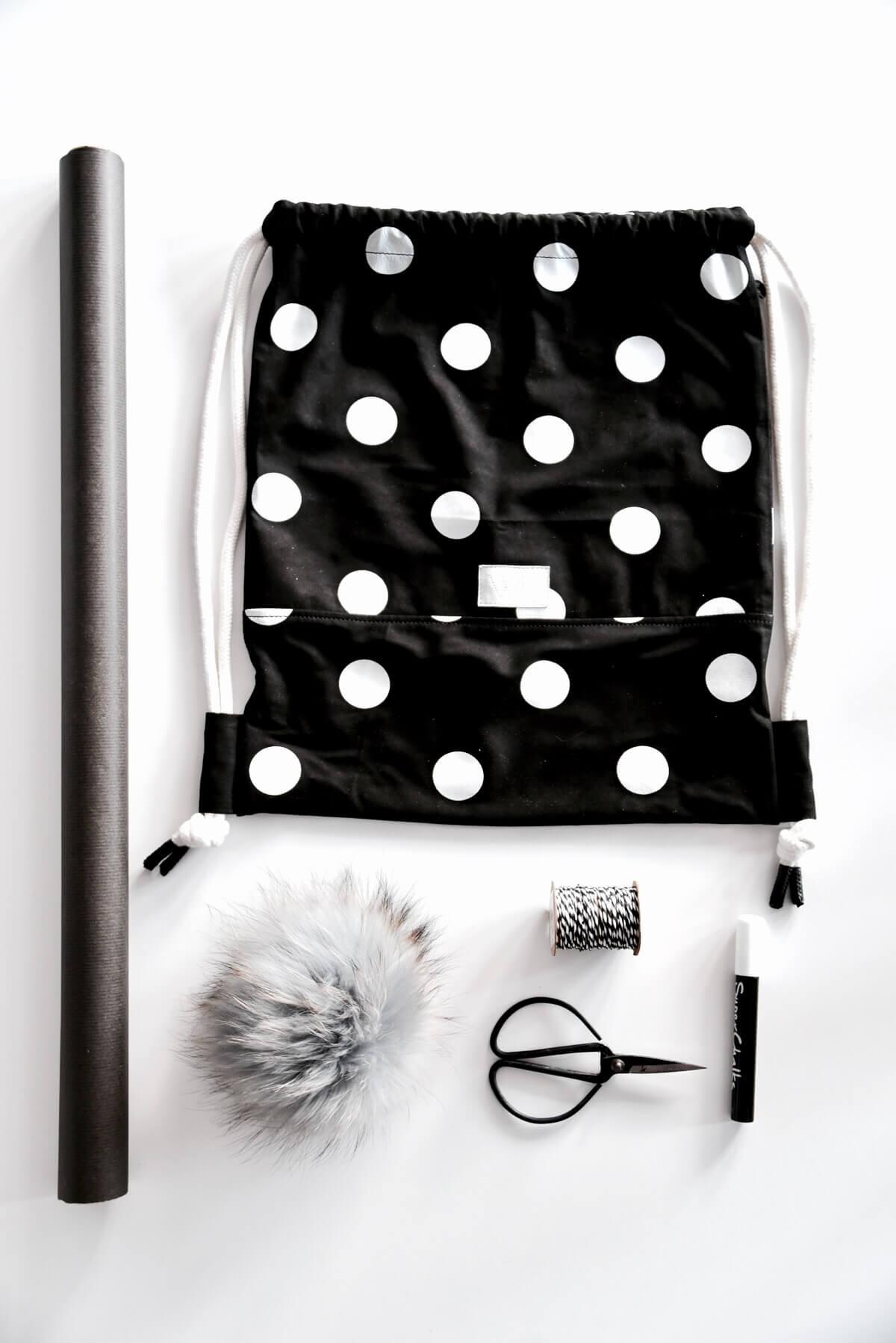 Erfahre, wie du einen Turnbeutel als individuelles Geschenk verpacken kannst. Wir haben uns 4 hübsche DIYs einfallen lassen - sieh sie dir gleich an! Wunschleder | Geschenkverpackungen | DIY