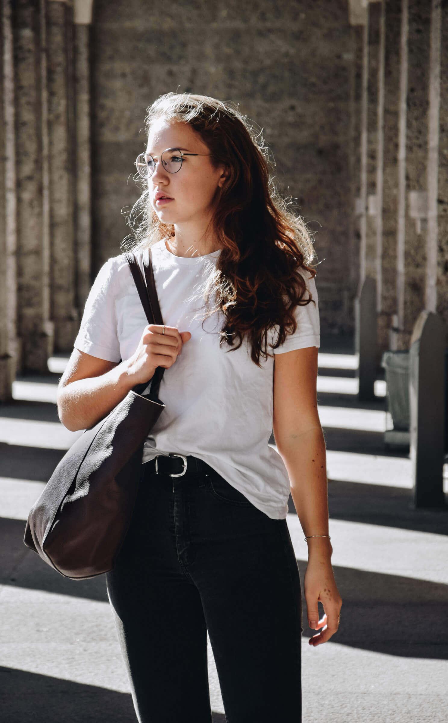 Endlich gibt es unsere hochwertige Tasche aus Leder im Verkauf, mit der du stilsicher das Alltagschaos meisterst ! Erfahre mehr zum Design.