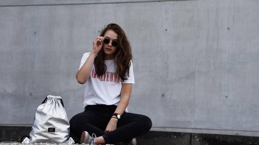 Du besitzt einen metallic Turnbeutel, weißt aber nicht wie du ihn tragen sollst ? Hier erfährst du es ! Wunschleder | Gymbag | Fashion | Outfit | Streetstlye | Streetwear | Minimalism | Minimalismus |Trend | Leder