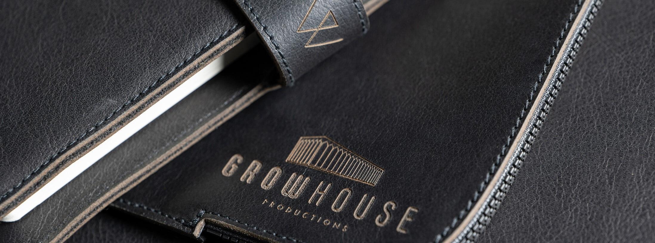 Bürozubehör mit Logo-Gravur | Büroausstattung Leder personalisiert Logo | Wunschleder